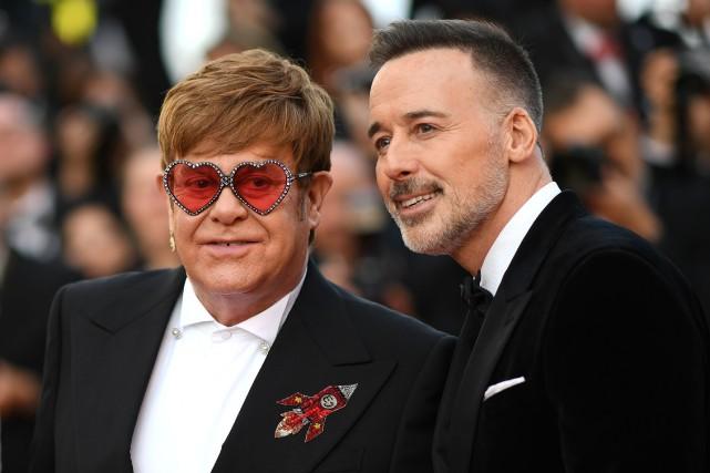 Elton John et son mari David Furnish à... (PHOTO AFP)