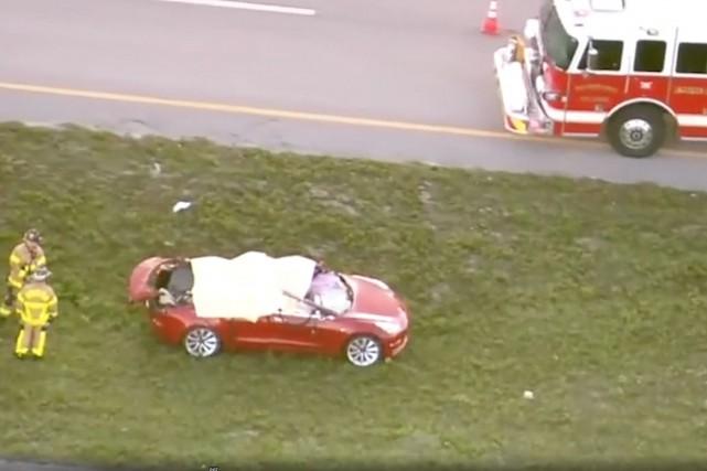 Le toit du Model 3 a été cisaillé... (SAISIE D'ÉCRAN NBC-MIAMI CANAL 6)