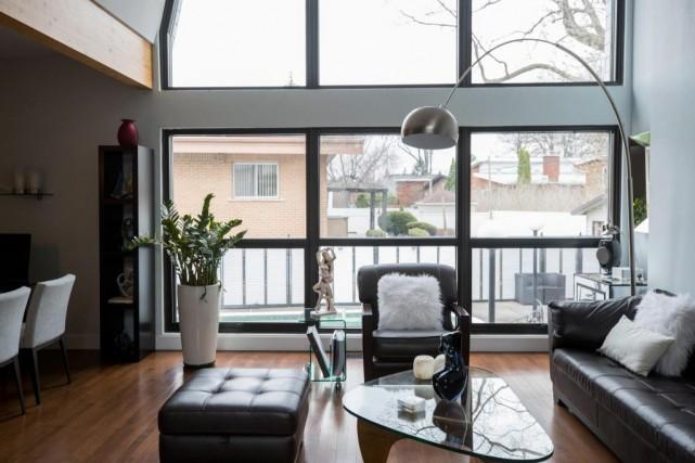 Avec ses immenses fenêtres, le salon est en... (PHOTO MARCO CAMPANOZZI, LA PRESSE)