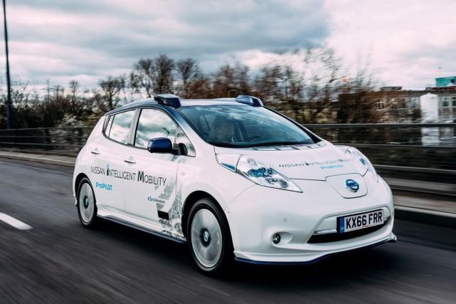 Une Nissan Leaf munie de technologies autonomes expérimentales....
