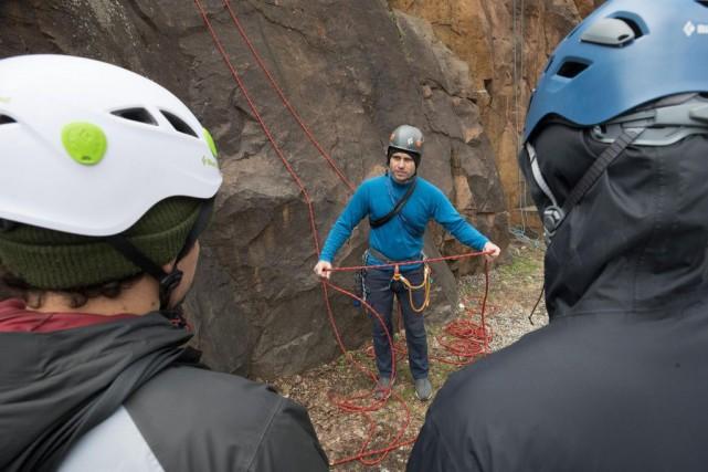 Antoine Bonicalzi donne une formation d'escalade de roche... (PHOTO ROBERT SKINNER, LA PRESSE)
