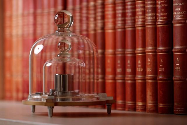 Une réplique du «grand K», un cylindre de... (PHOTO BENOIT TESSIER, REUTERS)