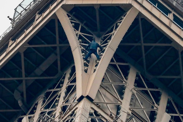 Un homme est resté suspendu six heures à la tour Eiffel