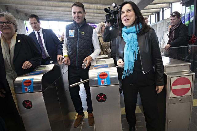Accompagné de sa collègue déléguée aux Transports, Chantal... (PHOTO  PATRICK SANFAÇON, LA PRESSE)