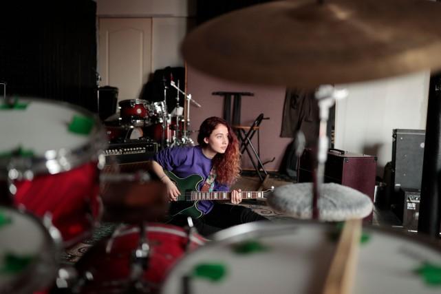 La chanteuse et musicienne Mélodie Spear en pleine... (PHOTO MARTIN CHAMBERLAND, LA PRESSE)