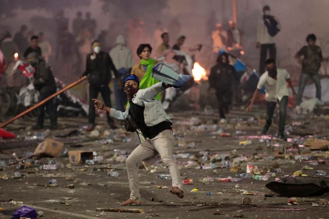 Des manifestants ont jeté des pétards et des... (PHOTO AP)