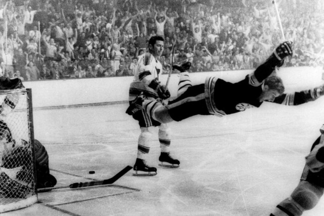 Bobby Orr joue les héros aux dépens de... (PHOTO RAY LUSSIER, ARCHIVES THE BOSTON HERALD)