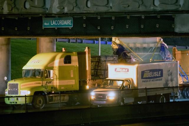 Le camion a percuté le viaduc du boulevard... (PHOTO OLIVIER JEAN, LA PRESSE)