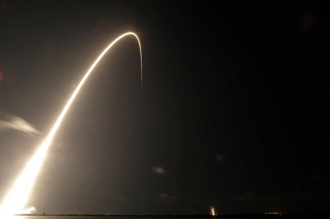 Une fusée Falcon 9 de la société créée... (PHOTO JOHN RAOUX, ASSOCIATED PRESS)