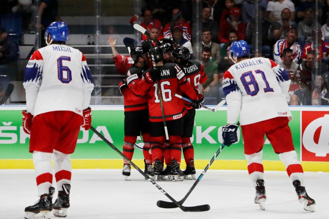 Kyle Turris (19) célèbre son but avec ses... (PHOTO DAVID W CERNY, REUTERS)