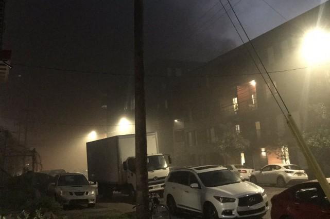 Un feu de bâtiment s'est déclaré samedi soir dans l'ancien incinérateur de la... (PHOTO TIRÉE DE TWITTER)