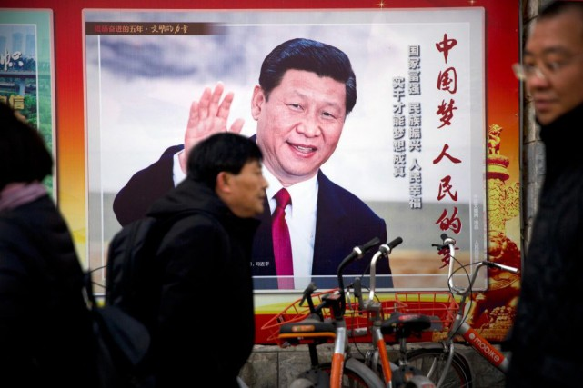 Panneau montrant le président de la Chine, Xi Jinping,... (PHOTO MARK SCHIEFELBEIN, ARCHIVES ASSOCIATED PRESS)