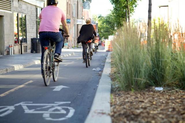 Des cyclistes circulent sur la piste cyclable delarueRachel,... (PHOTO SARAHMONGEAU-BIRKETT, ARCHIVES LA PRESSE)