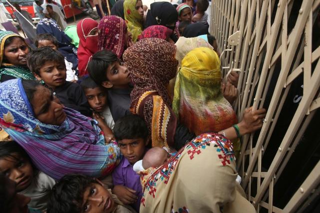 Des villageois de Ratodero font la file devant... (PHOTO AP)