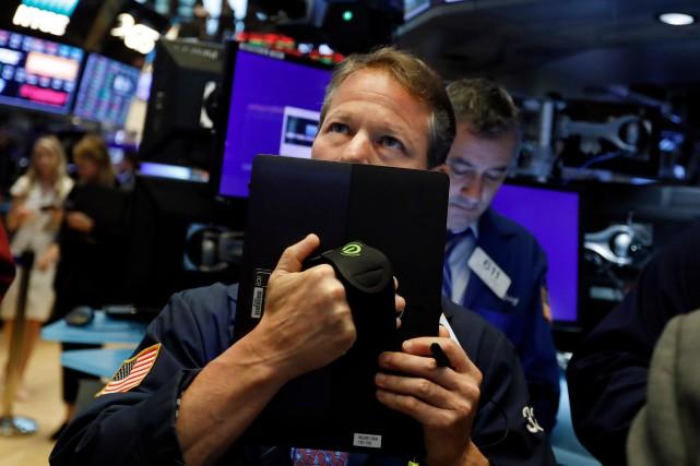 Wall Street a de nouveau lourdement chuté vendredi et clôturéle mois demai... (PHOTO RICHARD DREW, ARHIVES ASSOCIATED PRESS)
