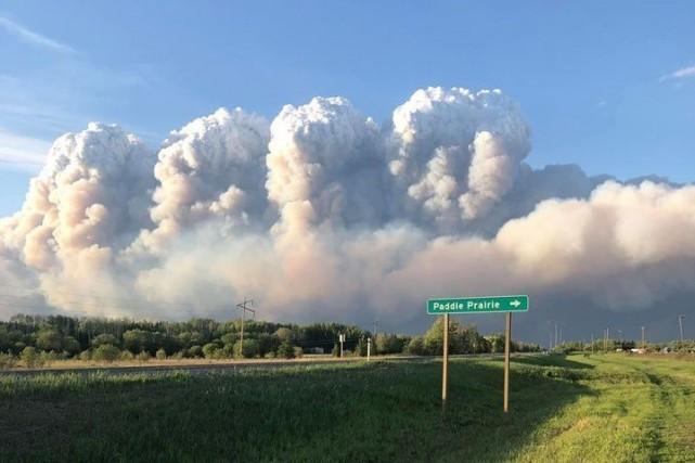 Une trentaine d'incendies de forêt font rage dans... (PHOTO LA PRESSE CANADIENNE/FACEBOOK)