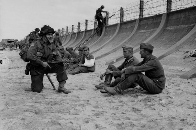 Deux soldats allemands sous la garde d'un soldat... (PHOTO ARCHIVES LA PRESSE CANADIENNE)