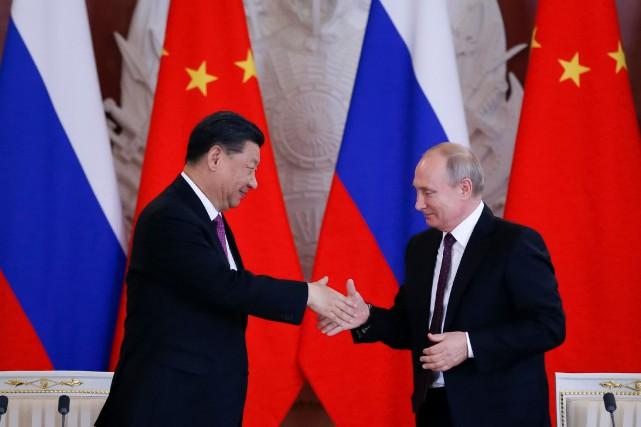 Les présidents russe et chinois, Vladimir Poutine et... (PHOTO EVGENIA NOVOZHENINA, REUTERS)