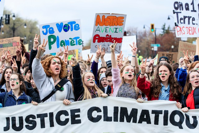 Des centaines de jeunes ont manifesté pour le... (PHOTO ÉDOUARD PLANTE-FRÉCHETTE)