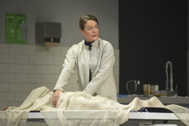 Julie Le Breton incarne une thanatologue de renommée... (PHOTO FOURNIE PAR LE THÉÂTRE DU NOUVEAU MONDE)