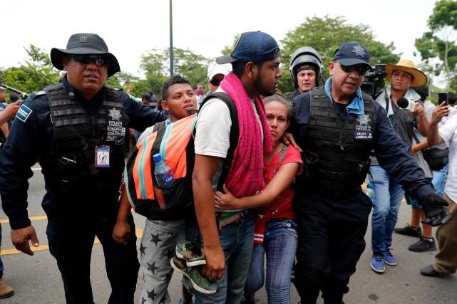 Des migrants ont été arrêtés par les autorités... (PHOTO MARCO UGARTE, ASSOCIATED PRESS)