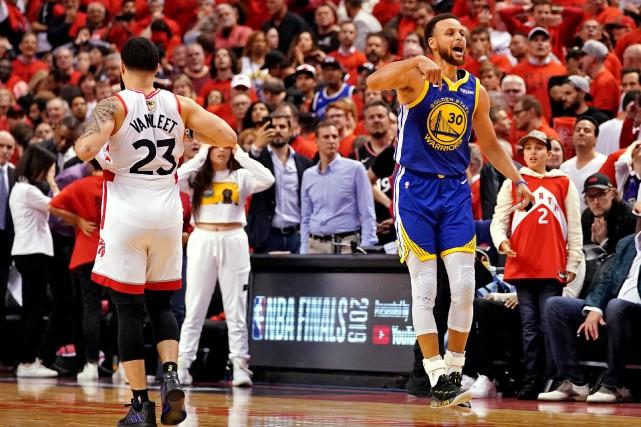 Stephen Curry (30), des Warriors, célèbre la victoire... (PHOTO KYLE TERADA, USA TODAY SPORTS)