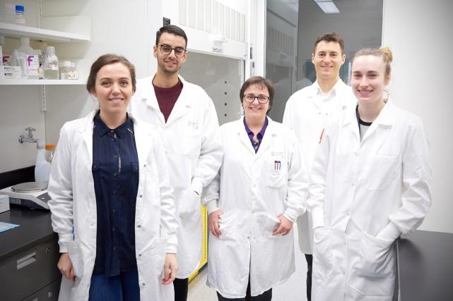 L'équipe du docteur Noël J.M. Raynal (deuxième à... (PHOTO LA PRESSE CANADIENNE)