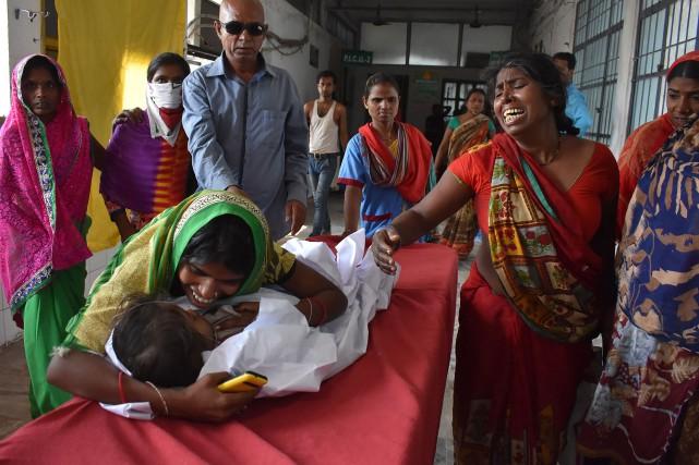 Un enfant souffrant d'encéphalite arrive à l'hôpital de... (PHOTO STR, AFP)