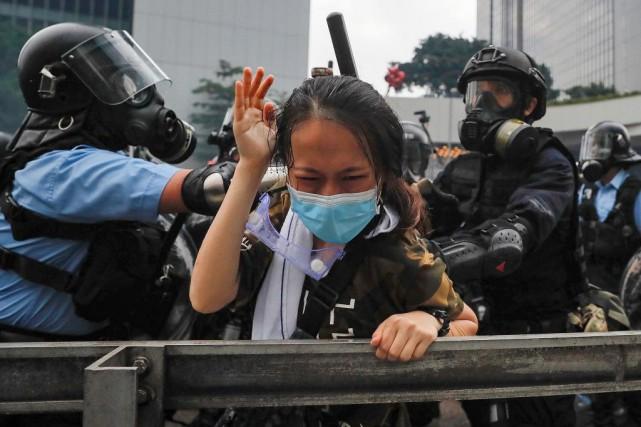 Les policiers ont violemment réprimé lamanifestation qui avait... (PHOTO KINCHEUNG, ASSOCIATED PRESS)