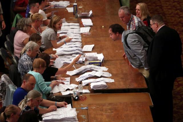 Des observateurs examinent le dépouillement des bulletins de... (PHOTO REUTERS)