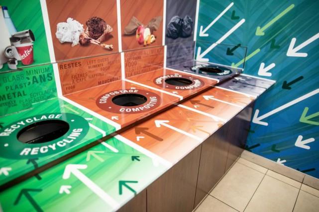 L'entreprise CAE a retiré les poubelles individuelles de... (PHOTO DAVID BOILY, LA PRESSE)