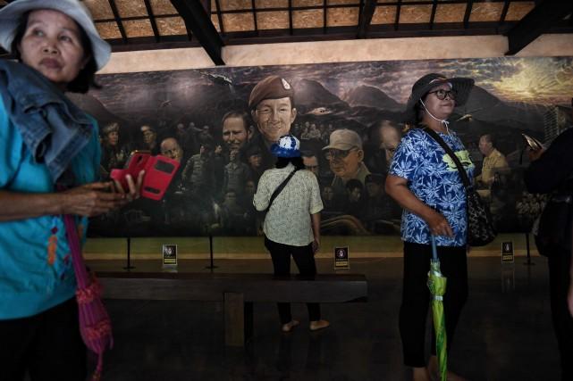 Des touristes admirent une murale représentant les jeunes... (PHOTO LILLIAN SUWANRUMPHA, AFP)
