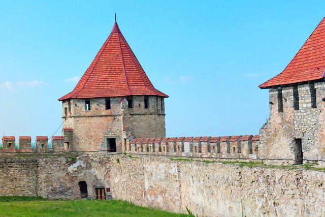 Coiffé du symbole soviétique de la faucille et du marteau, le poste frontalier...