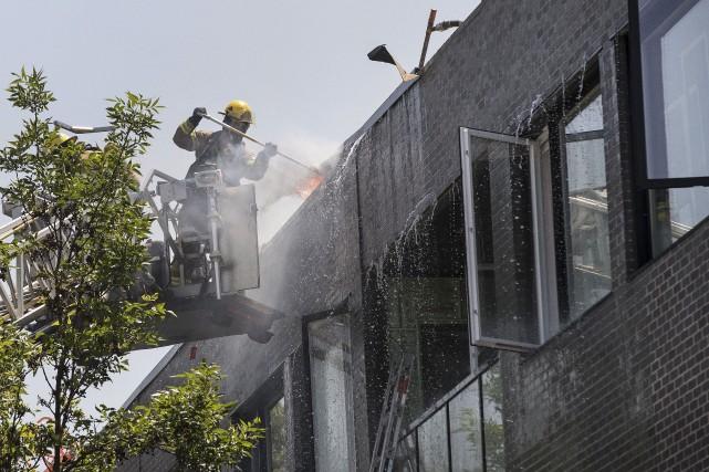 Une quarantaine de camions de pompiers ont été mobilisés pour éteindre un... (PHOTO ROBERT SKINNER, LA PRESSE)