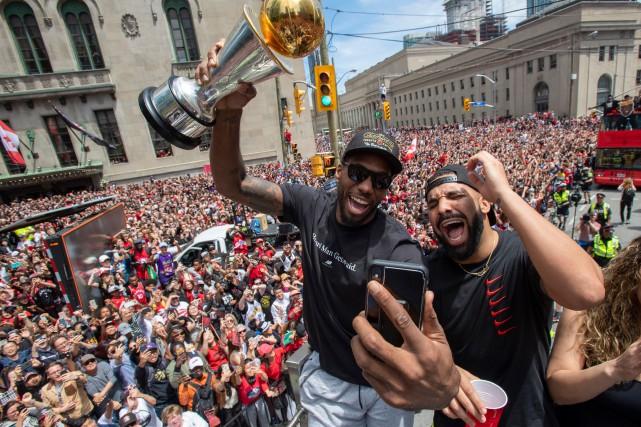 Kawhi Leonard, accompagné du rappeur Drake, lors du... (PHOTO FRANK GUNN, LA PRESSE CANADIENNE)