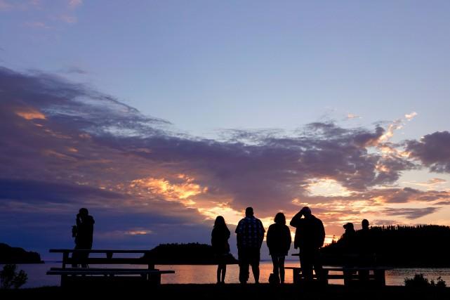 Des Québécois admirent le parc national du Bic.... (PHOTO ARCHIVES LA PRESSE)