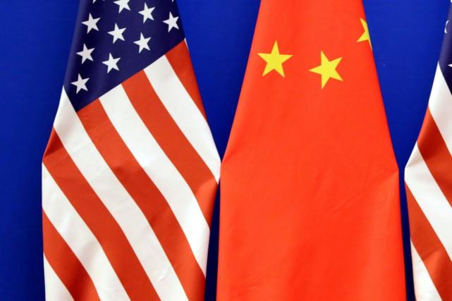 Les drapeaux américains et chinois... (PHOTO JASON LEE, REUTERS)