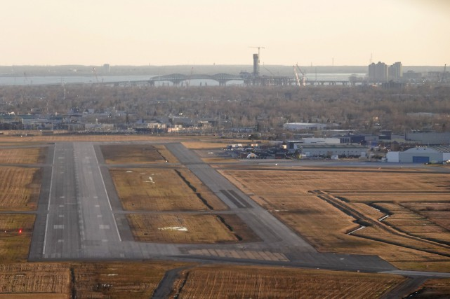La décision de fermer l'aéroport a été prise... (PHOTO BERNARD BRAULT, ARCHIVES LA PRESSE)