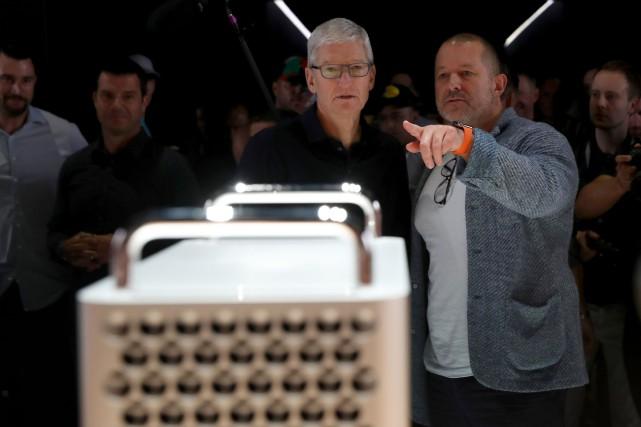 Le PDG d'Apple Tim Cook et Jony Ive... (PHOTO JUSTIN SULLIVAN, AGENCE FRANCE-PRESSE)
