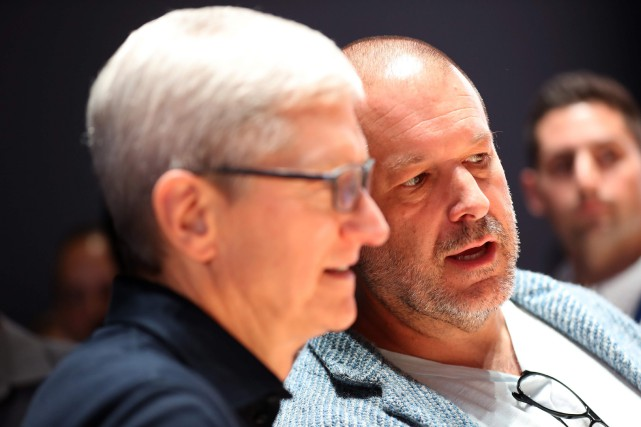 Le patron d'Apple Tim Cook aux côtés de... (PHOTO JUSTIN SULLIVAN, GETTY IMAGES / AFP)