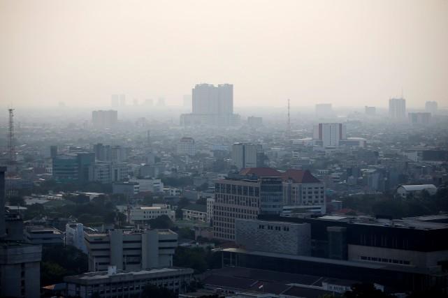 La capitale indonésienne Jakarta est enveloppée d'un nuage... (PHOTO WILLY KURNIAWAN, REUTERS)