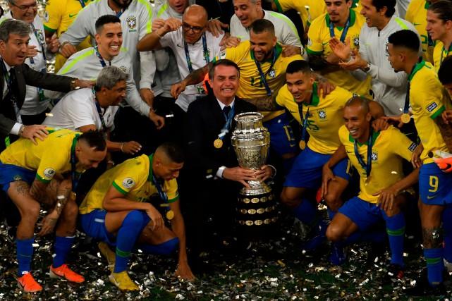 Bolsonaro brandit la Copa América au milieu des joueurs