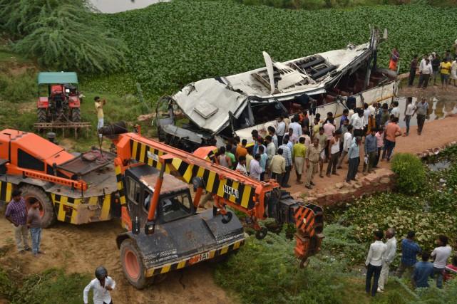 Le véhicule a fait une chute de plus... (PHOTO PAWAN SHARMA, AFP)
