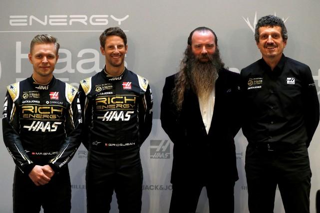 Les pilotes Kevin Magnussen et Romain Grosjean, le...