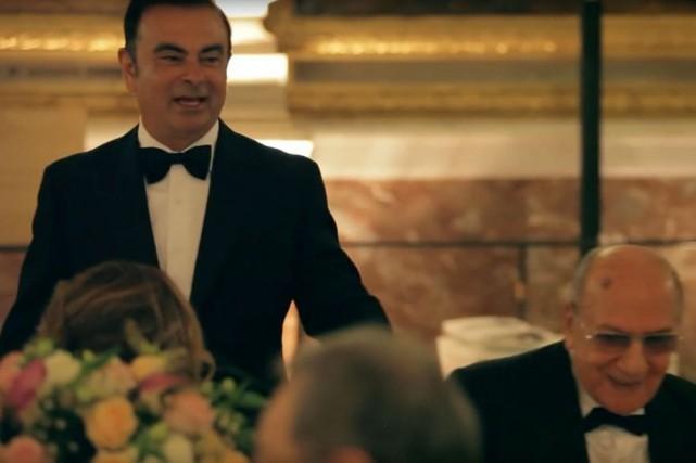 Carlos Ghosn saluant un de ses convives au... (SAISIE D'ÉCRAN YOUTUBE)