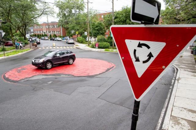 Un automobiliste ignore complètement le rond-point situé à... (PHOTO DAVID BOILY, LA PRESSE)