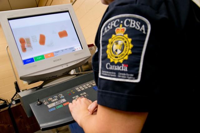 L'équipement obligatoire des agents des services frontaliers du... (PHOTO DAVID BOILY, ARCHIVES LA PRESSE)