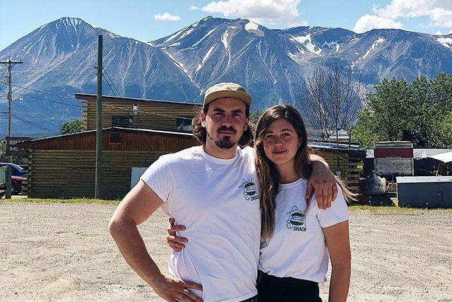 En atterrissant à l'aéroport de Whitehorse, au Yukon, Sandryne Berger et Émile...