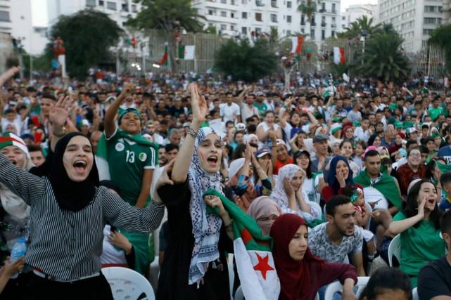 Algérie: chants de joie etdecolère autour du ballon rond