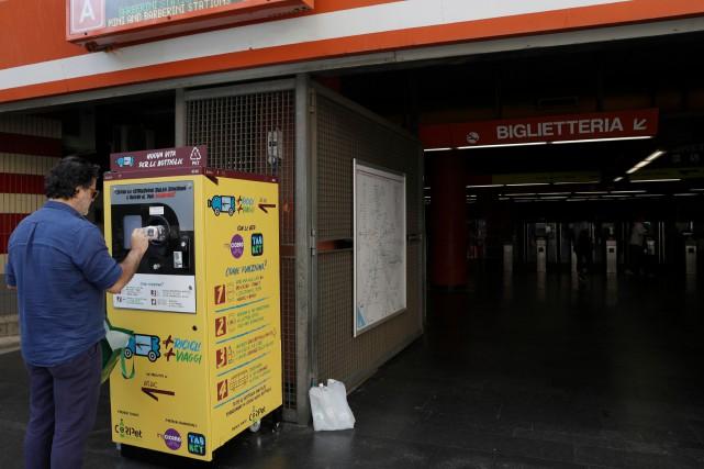 Les résidants de Rome ont maintenant accès à une nouvelle façon d'acheter des... (PHOTO GREGORIO BORGIA, AP)